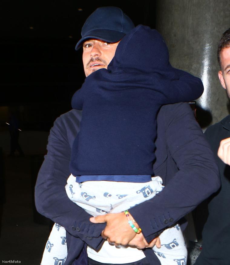 Orlando Bloom a karjaiban cipelte kisfiát