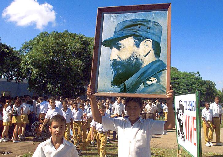 Kubai iskolások egy Castro-portréval
