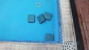 Lenyúlt 4 számítógépet, hogy megfürdesse őket a medencében