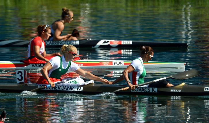 Janics Natasa (b) és Kovács Katalin versenyez a 2012-es londoni nyári olimpia női kajakpáros 500 méteres számának döntőjében a
