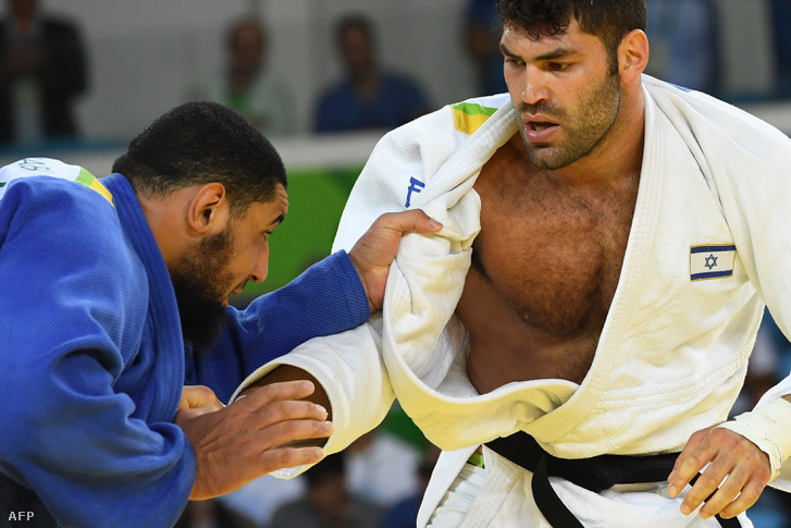 Nehéz helyzetbe került egy egyiptomi dzsúdós, a +100 kilogrammban induló Iszlam El Sehabi. A közösségi média különböző csatornáin kapott életveszélyes fenyegetéseket, ha tatamira lép az izraeliek sportolója, Or Sasson ellen. Tatamira lépett, és ki is esett.