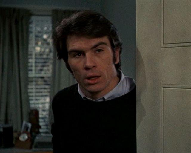 Tommy Lee Jones a filmben mint Hank a szobatárs
