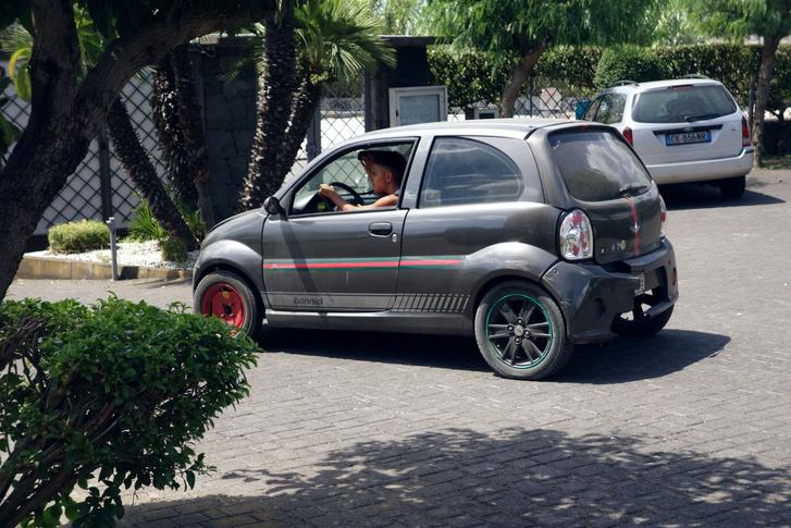 Dörzsölik a szemüket? Magam is így tettem, csak én a fülemet is. Nem Opel Corsa, hanem valamilyen mopedautó, szarrá használva, rommá tákolva. A kinézeténél csak a hangja volt szörnyűbb. És mindez a legdrágább szicíliai turistaparadicsomban, Taorminánál