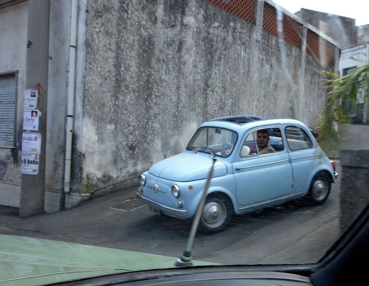 Tudom, hogy kicsit életlen, de ez egy régi-régi, 1960 előtti 500-as, még csak nem is a D, hanem a Nuova szériából, libakergető ajtókkal, végig lenyíló tetővel. Vagy tíz kilométeren át üldözött minket
