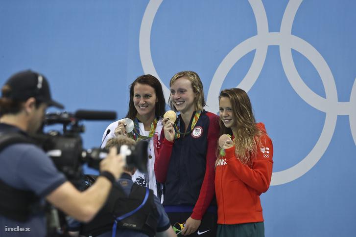 A világcsúccsal győztes amerikai Katie Ledecky, a második helyezett brit Jazmin Carlin és a harmadik helyezett Kapás Boglárka a női 800 méteres gyorsúszás eredményhirdetésén
