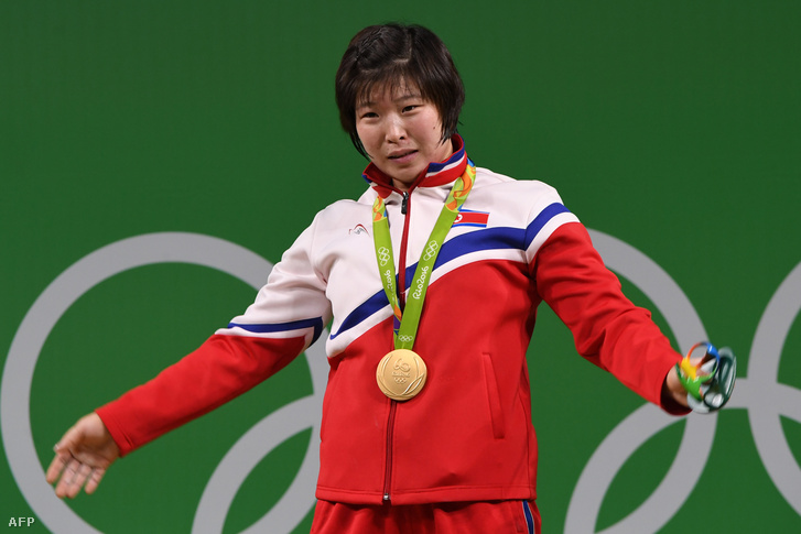 """Rim Dzsongszim észak-koreai súlyemelő az olimpiai győzelme után Észak-Korea """"szeretett vezérének"""" mondott köszönetet"""