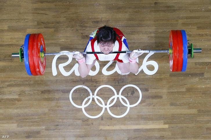 Rim Dzsongszim a női +75 kg-os súlyemelésben versenyez