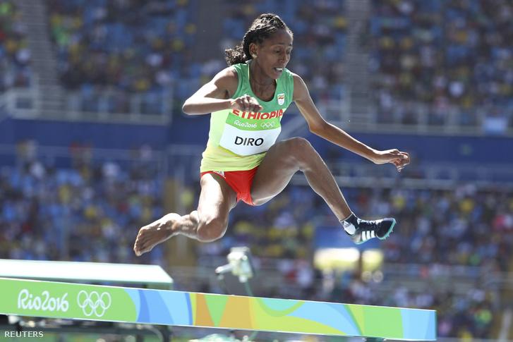 Az etióp Diro Etenesh egy cipővel a lábán ért be a célba a nők 3000 méteres akadályfutásának előfutamában