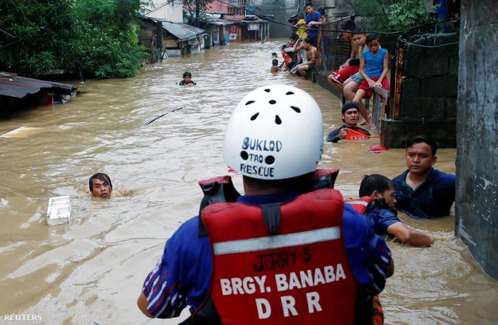 Mentik az embereket és az ingóságokat a Fülöp-szigeteken, ahol a monszun miatt megáradt folyók elöntötték San Mateo utcáit.