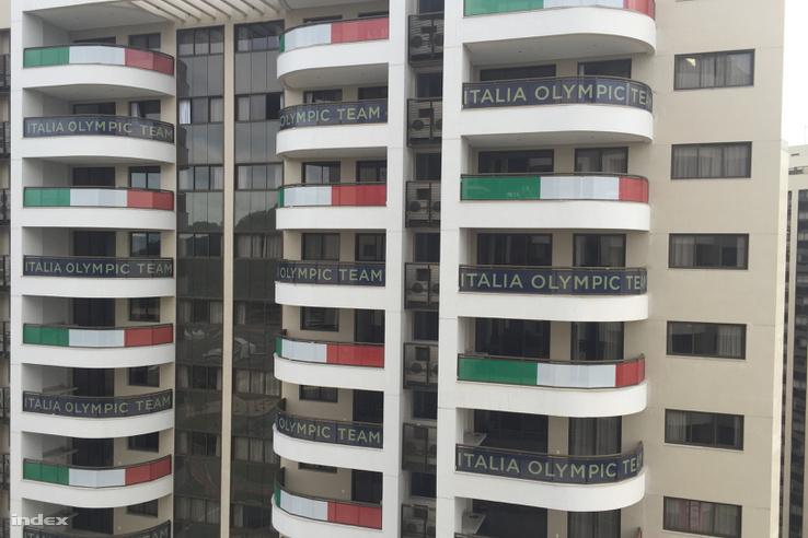 A piros-fehér-zöld erkélyről a zöld-fehér-pirosra nyílik kilátás.