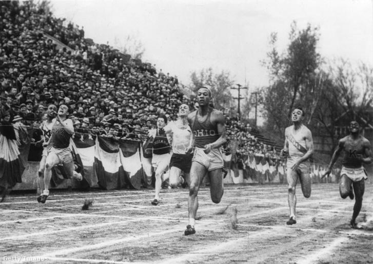 Jesse Owens (középen) az 1936-os olimpián