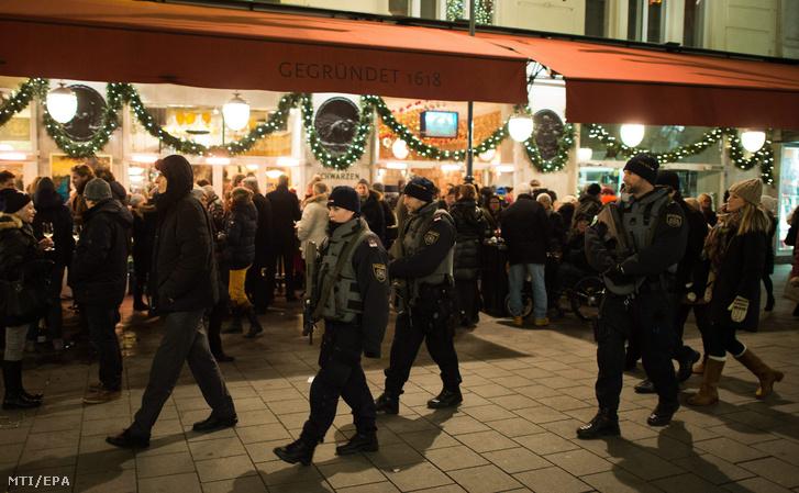 Osztrák rendőrök Bécs belvárosában az óév utolsó napján 2015. december 31-én.