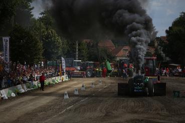 Elég füstös a móka. A traktor után egy súlytraktor van, amit megpkaolnak pár tonnával, leereszi az első kerekeit, aztán már lehet is húzni. Ha elhúzták kellő ideig, akkor visszaereszti az első kerekeket és szerényen visszatolat.