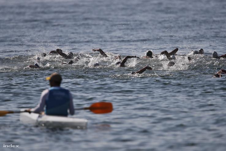 A női tízezer méteres nyíltvízi úszás résztvevői a rajtot követően.