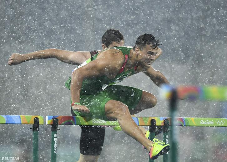 Baji Balázs szakadó esőben második lett a 100 méteres gátfutás eőfutamában, így bejutott a középdöntőbe.