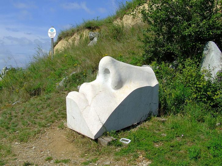 Bencsik István Arc (Madonna) című műve a villányi szabadtéri szoborparkban