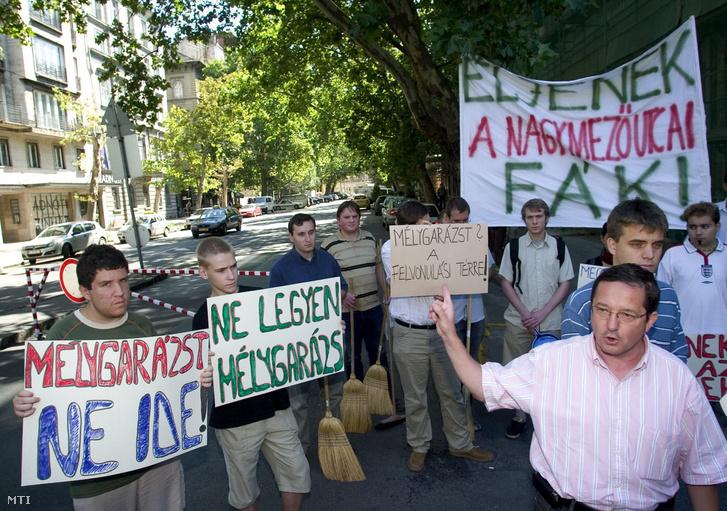Illés Zoltán a Fidesz VI. kerületi csoportjának elnöke a Fidesz Zöld Tagozatának alelnöke (elöl jobbra) demonstrációval egybekötött sajtótájékoztatót tart a Nagymező utcai mélygarázs építéséről az Andrássy út - Nagymező utca sarkán. Budapest 2007. augusztus 31.