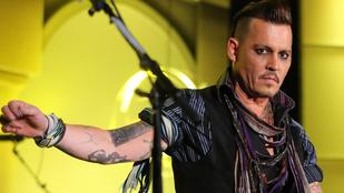 Johnny Depp vérrel és tintával írt üzenetet a tükörre