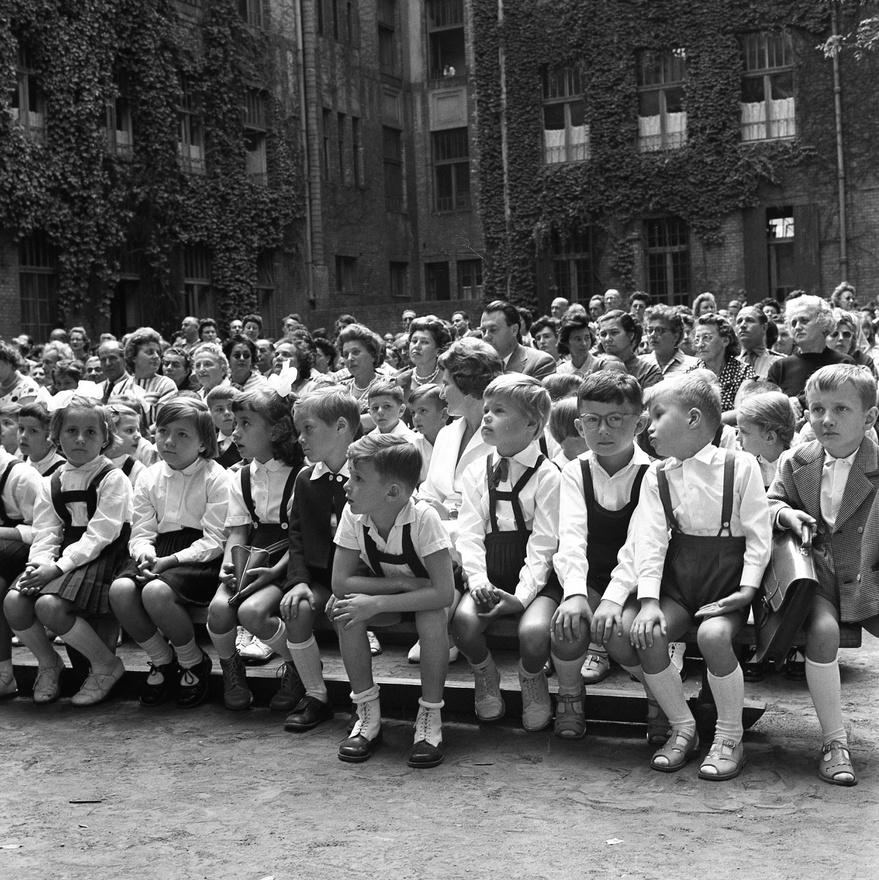 A lelkesedés nem sokban változott az ötvenes évekhez képest. Sokat elmond viszont a kádári konszolidációról, hogy a tanévnyitókon az úttörők, meg a kultúrversenyen első díjat elhozó kórus mozgalmi dalai jelentették immár a legerősebb ideológiai vonalat. A mai ELTE Apáczai Csere János Gyakorló Általános Iskola és Gimnázium tanévnyitó ünnepségét nézve felmerülhet a kérdés, beszélhetünk-e a sokat emlegetett munkás-paraszt diadalról és a szélesre tárt iskolakapukról.