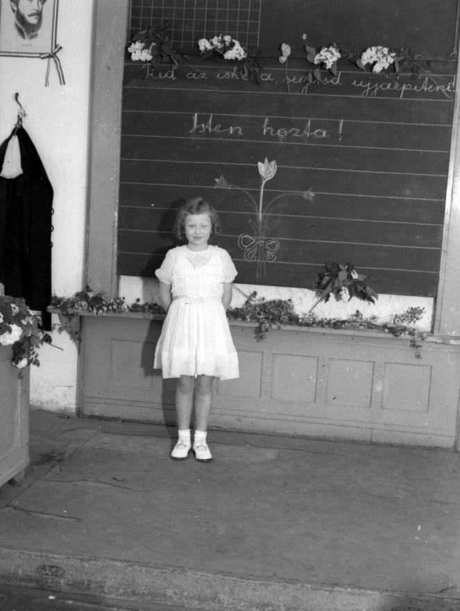 """""""Tiéd az iskola, segítsd újjáépíteni! Isten hozta!"""" – innen indult a magyar iskolaügy a háború után.1945-ben a korábbi fenntartók visszakapták iskoláikat, vagyis azt a keveset, ami maradt belőlük.""""Fázó, éhező, rongyos és leromlott nevelők és tanulók"""" tankönyvek, tanszerek, tanterv nélkül kezdték meg a késői tanévet. Pedagógusok, szülők és diákok együtt takarították el a romokat, de világnézeti átképzésre és gyorstalpaló oroszra csak a tanároknak kellett járni. Sarkig tárták az iskolák kapuit és az 1946-os reformtanterv """"az öntudatos, önérzetes, képzett magyar állampolgár"""" felnevelését tűzte célul. Végül az 1945-46- os tanév az ablak- és tüzelőhiány miatt rendkívül rövid lett: december 15-től március 1-ig nem nyitottak ki az iskolák."""