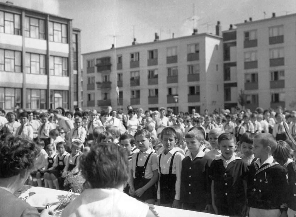 """Az 1961-ben megnyílt, 600 gyerekre tervezett lakótelepi iskolában először 1200-an tanultak, váltott műszakban. Az áldatlan állapot meg is keserítette """"a gyönyörű lakótelepre beköltöző budapesti dolgozók szájízét.""""                         A gyors ütemű és nagyarányú építkezések hanyagsághoz, szemhunyásokhoz és félrenézésekhez vezetettek. A társbérletek után sokszor beteljesült szocialista álomnak tetsző komfortos, központi fűtéses lakások beköltözve mutatták meg magukat valójukban. A telepi iskolák kicsik voltak, felszerelésük hiányos. Akár a korszak mottója lehetne a következő mondat egy lakótelepi interjúból: """"Minden nagyon szép — mondja lelkendezve Magyarvári néni. — Csak..."""""""
