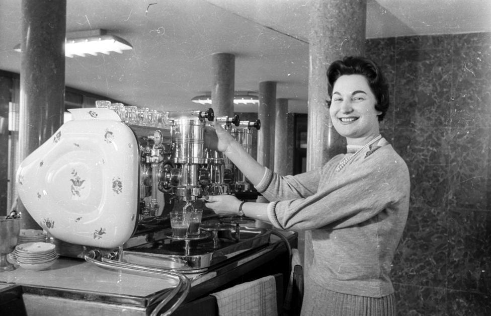 A Herendi Porcelángyár híres kávéfőzőjére mindenki rácsodálkozik. Összesen 10 darab készült, az 1958-as brüsszeli világkiállításon egy ilyen presszókávé-főzőgép volt a cég standjának fő attrakciója. ez a példány Ferihegyen működött, de ilyen volt például az Egyetem presszóban, a vári Fortunában, a Gundelben, a szegedi Virágban is. A cég természetesen csak a borítást gyártotta, a porcelán alatt olasz gép rejtőzött. Egy 2007-es zágrábi kiállításra a cég ismét készített egy példányt, ha valakinek kedve támad hozzá, 4 millió forintért rendelhető a kétkaros Faema alapra épített gép.