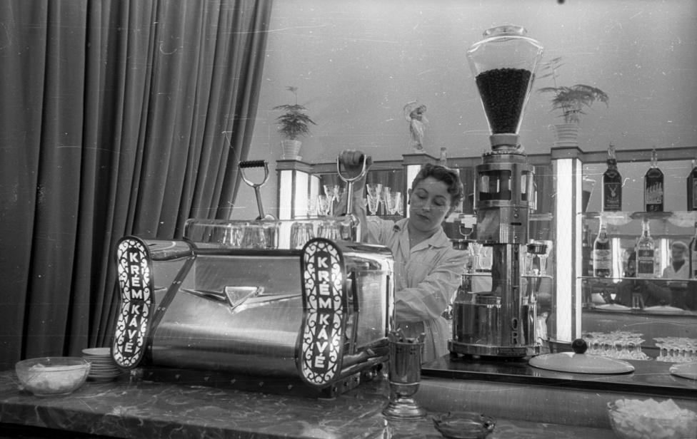 """A kávék minőségére kihatott az olasz géppark elöregedése és az alkatrészhiány is, amit a dolgozók furfangos megoldásokkal, """"újításokkal"""" egy ideig kezelni tudtak, de hosszú távon új gépekre volt szükség."""