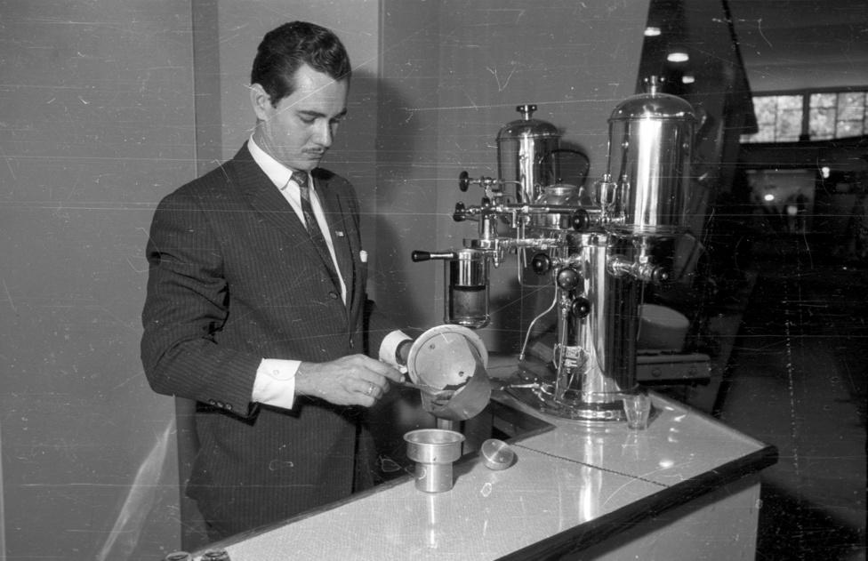 A kávégépek azonban olyan darálókat is kívántak, amik kellő finomságúra tudták őrölni a kávét, így nem várathatott sokáig magára a Szombathelyi Öntöde- és Fémmegmunkáló Vállalat új darálója, ami már el tudta látni ezt a feladatot, sőt egyúttal adagolt és a kiadott kávé mennyiségét is jegyezte, ezzel véve elejét a fogyasztók egyre inkább terjedő megröviditésének. Az Állami Kereskedelmi Felügyelőség munkatársai feltárták, hogy a duplához sok esetben az előírt 12 gramm örlemény helyett (az eredeti olasz technológia amúgy 14 grammot kíván) csupán 10, nem ritkán 8 grammból készültek a kávék.