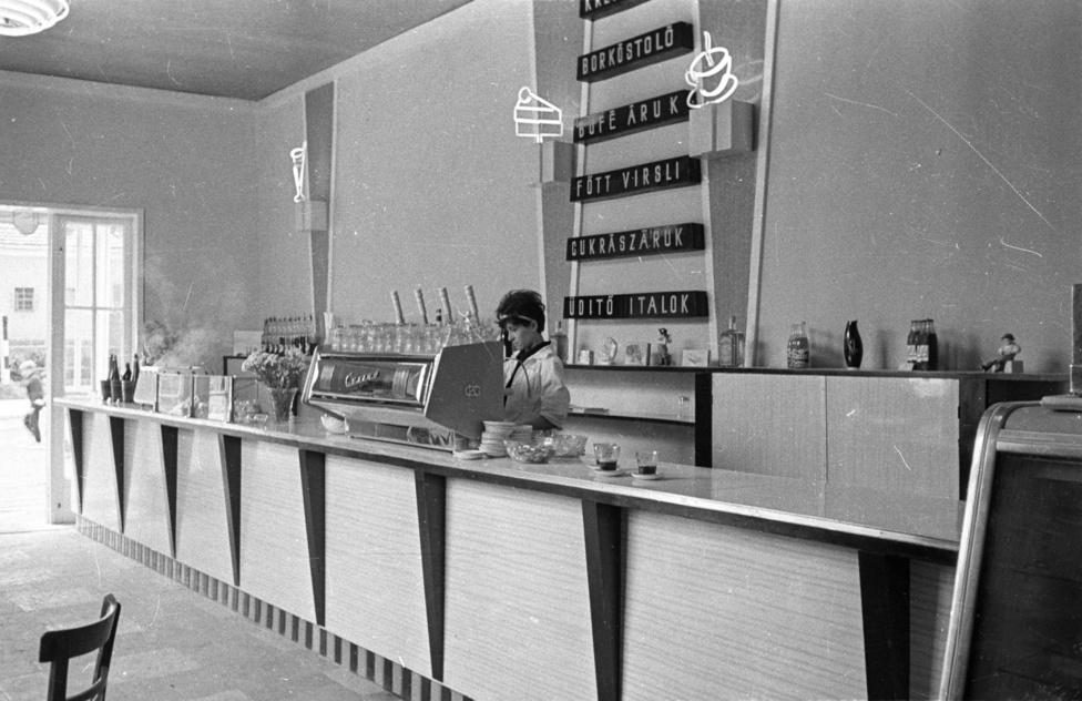 Az új presszók a kor előremutató belsőépítészeti megoldásait alkalmazták. A technikai okok miatt folyóírást imitáló neonreklámok addig sosem látott fényárba borították a belvárost, sőt a neonok a belső térben is megjelentek, színesen villódzó fagylaltoskelyhek, szívószálas poharak, tortaszeletek, gőzölgő kávéscsészék lepték el a falakat.