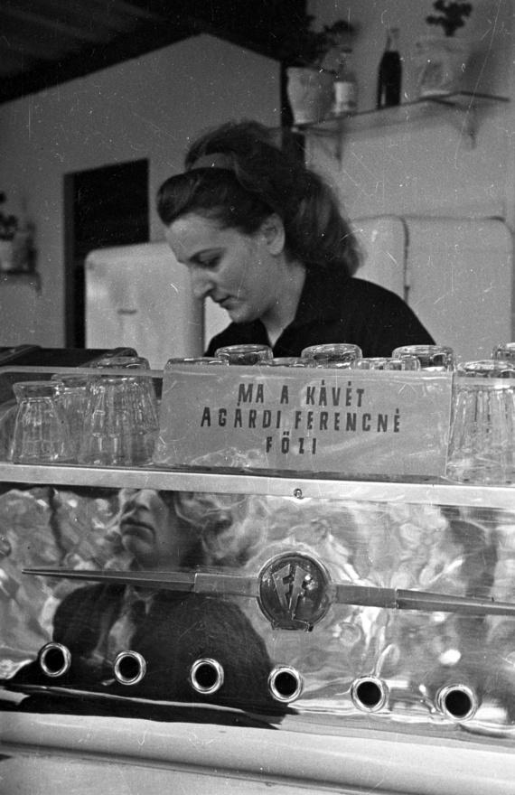 """A presszók igazi urai a kávéfőzőnők voltak, vezetőség ide, blokkoló pincérnő oda, végül rajtuk múlott, milyen kávét kap a vendég. Egy tapasztalt, gépét ismerő kávéfőzőnő sokat lendített egy-egy bolt forgalmán. Nem csoda, hogy amikor például a Szabadság-szálló Debrecen Éttermében 1959 nyarán megürült egy hely az eszpresszógépnél, hiába jelentkezett sok 18-20 éves modern frizurás lány, úgynevezett """"fiók-Lollobrigida"""", az igazgató mégis egy olyan özvegyasszonyt választott, aki nem csak egyedül nevelte három gyermekét, de szakmailag is megállta a helyét."""
