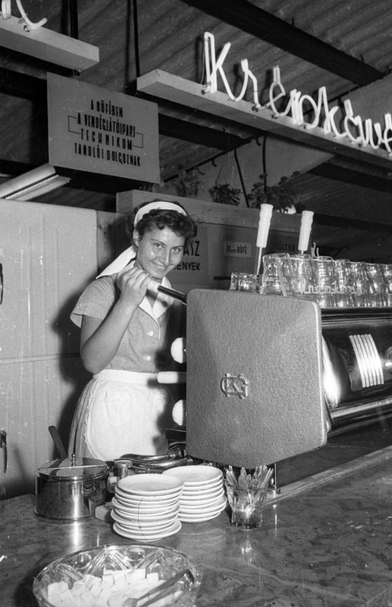 A 60-as évek elejétől a presszók forgalma csökkenni kezdett, egyre több kávéfőzőt helyeztek működésbe az irodákban. A Fémfeldolgozó KSZ az 1959-es Budapesti Ipari Vásáron  már olyan egykaros gépet mutatott be, amely tökéletes másolata volt egy 12 személyes olasz gépnek, és a gyártó nemcsak kisforgalmú büféknek, de akár magánháztartásoknak is ajánlotta. Ilyen gépek kerültek a hivatalokba, ahol a központi büfén kívül szinte minden titkárságon lehetővé vált a kávézás, mindenkinek volt a vállalatoknál egy kedvenc titkárnője, aki a legerősebb, legjobb feketét főzte. Az ilyen titkársági kávéfőzőket nem kellett a vízhálózatra kötni, óránként akár 40 adag feketét is le tudtak főzni. A dolgozók a kávé árát kis papírdobozba dobálták, hogy összejöjjön a 30 forint a következő negyed kiló Karavánra, Rióra, Amigóra, vagy Ali babára.
