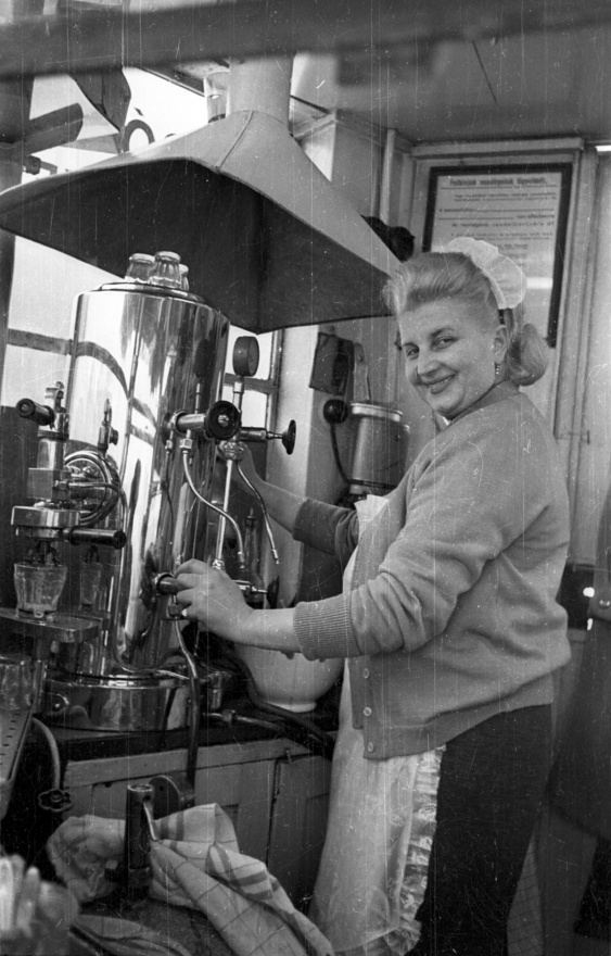 A nők a munkaidőt teljes sminkben állták végig, aki nem tudott nyugatról szerezni piperecikkeket, annak a 12 órás műszakban jól jöttek a fejlődő vegyipar forradalmi termékei, mint például a Caola golyós desodoráló krém, az Opera Luxus kölni, és a rúzs, amihez műanyag fiolában utántöltőt is kapni lehetett.