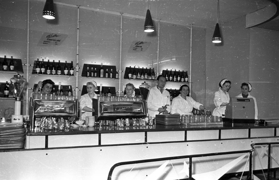 1957-ben a Műszaki Árut Értékesítő Vállalat már bemutatott kiállításán egy 5 karú kávégépet, a fejlesztő mérnökök azonban ekkor még csak tervezték, hogy a készüléket krémkávé készítésére is alkalmassá tegyék. 1959-re el is készültek, a Moszkvában ekkor nyitó Budapest Étterembe már a  Kereskedelmi  Gépgyár egy CASINO  típusú  krémkávéfőző  gépét állították be.A Népszava lelkendezve újságolta, hogy a Casino gép szerkezete  kizárja  annak  lehetőségét, hogy  a  főzőcsészébe  kevesebb  kávét  adagoljanak  az  előírtnál, sokkal  jobb  a  kávé  minősége,  mert  a  magasnyomású  forróvíz a  kávéban  levő  illóolajokat  maradéktalanul  kipréseli.A Kereskedelmi Gépgyár kávéfőzői meghódították a keleti blokkot, a 6 karos Casino modellből 1959-ben 1500 darab készült, amiből 1000 darab a Szovjetúnióba került, de a Tervhivatal 400-et a magyar presszókba juttatott el. Így ekkor az ország 3500 nagy kávéfőzőjéből ötszázon már krémkávé készülhetett, akár olyan kis falukban is, mint Tarcali vagy Noszvaly.A magasnyomású gőzzel működő Casino sokkal jobban kilúgozta az illóolajokat, és a 12 másodperc alatt kicsöpögő, teljesen krémszerű kávénak olyan ízt adott, mintha tejszínhabbal dúsították volna.