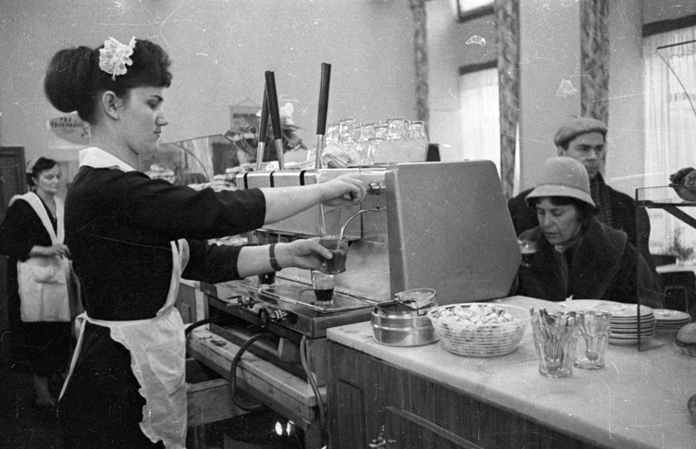 """A kávéfőzőnők ruházatának jellegzetes darabja volt a horgolt fehér fejkötőjük, az úgynevezett fityula. Nagyzsebes fehér kötényük nyelte el a minőségre igényesebb vendégek borravalóit, akik """"bélelt blokkal"""", vagyis a blokk alá csúsztatott egyforintossal biztosították be, hogy kávéjuk felerészben ne a már egyszer lefőzött zaccból készüljön, ne egy már régen lefőzött kávét gőzöljenek fel, és a dupla fekete valóban dupla legyen."""