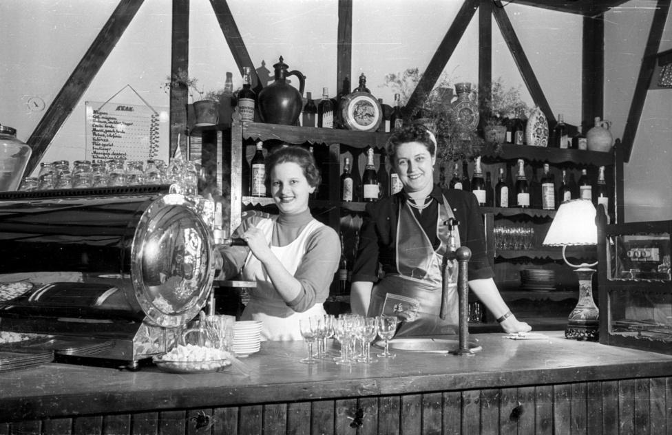 Ezekbe a zsebekbe vándoroltak a szerelmes rajongók borravalói is, akik ha tehették, Bécsből szerzett nejlonharisnyával vagy szappannal is meglepték kedvenc kávéfőzőnőjüket, eszpresszósukat.