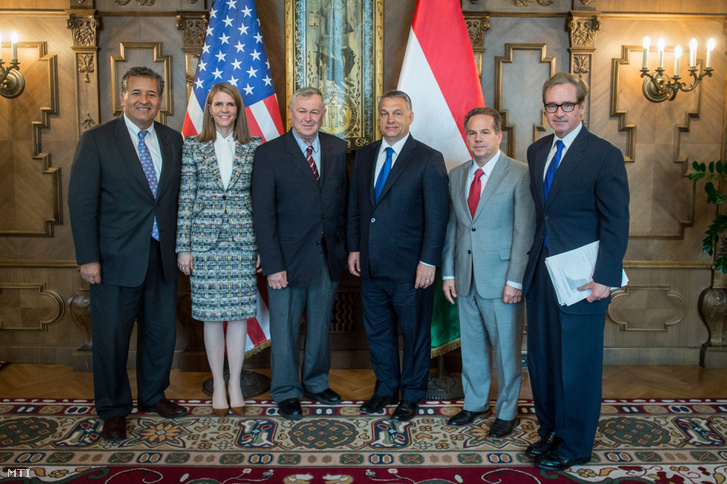 Orbán Viktor miniszterelnököt (j3) fogadja az amerikai kongresszusi delegáció tagjait Juan Vargast (b) Dana Rohrabachert (b3) és David Ciclline-t (j2) valamint Colleen Bellt az Egyesült Államok nagykövetét (b2) az Országházban 2016. április 8-án.