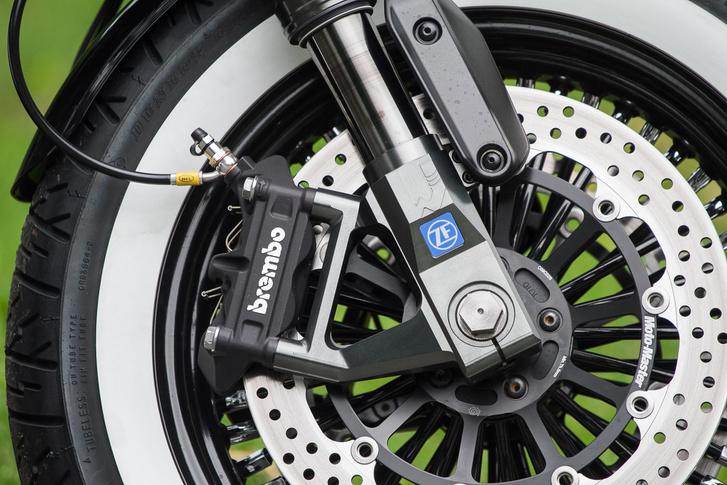 A 46 mm-es első villát a ZF-fel közösen fejlesztette a Wilbers - a Német Superbike Bajnokság (IDM) kapcsán került össze a két cég, és már évek óta együtt dolgozik az ipari óriás a hozzá képest apró futóműgyártóval
