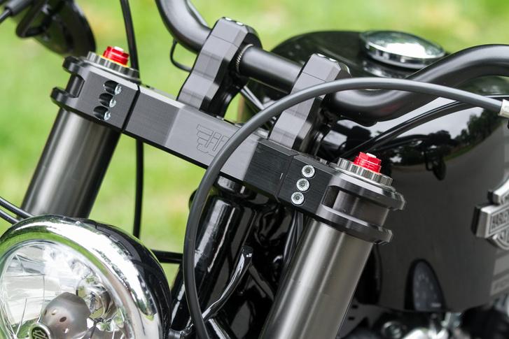 A 46 mm-es villákhoz szépen megmunkált alsó- és felső villahíd jár