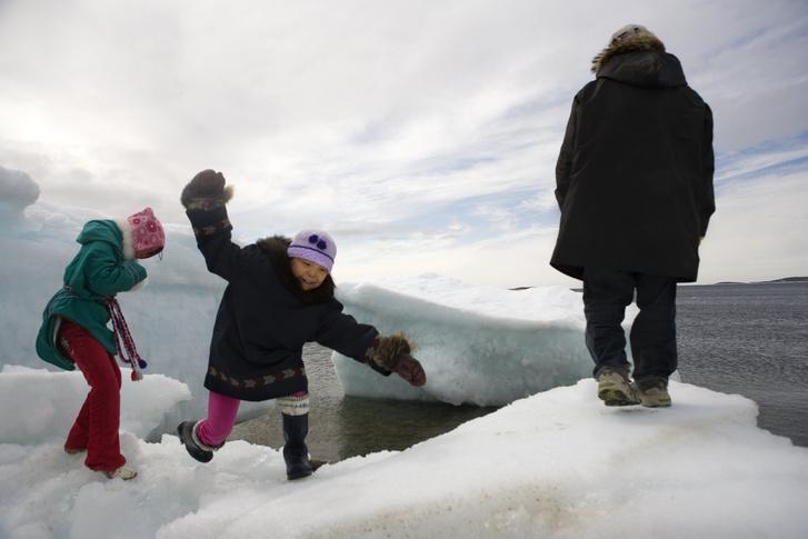 Gyerekek játszanak egy jégsziklán
