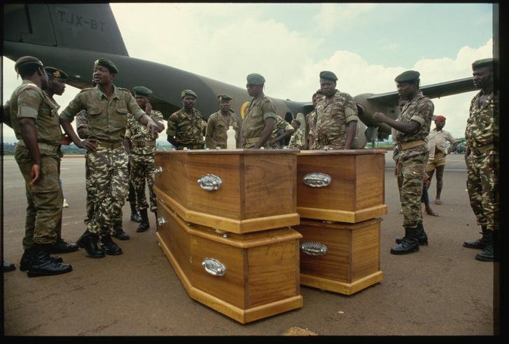 Holttesteket szállít el a katonaság
