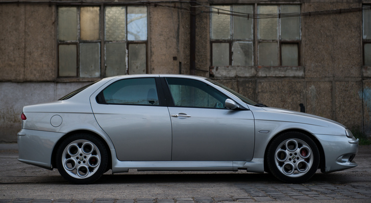 Az autó, amit Walter de Silva tervezett, és Giugiaro csinálta rajta a faceliftet