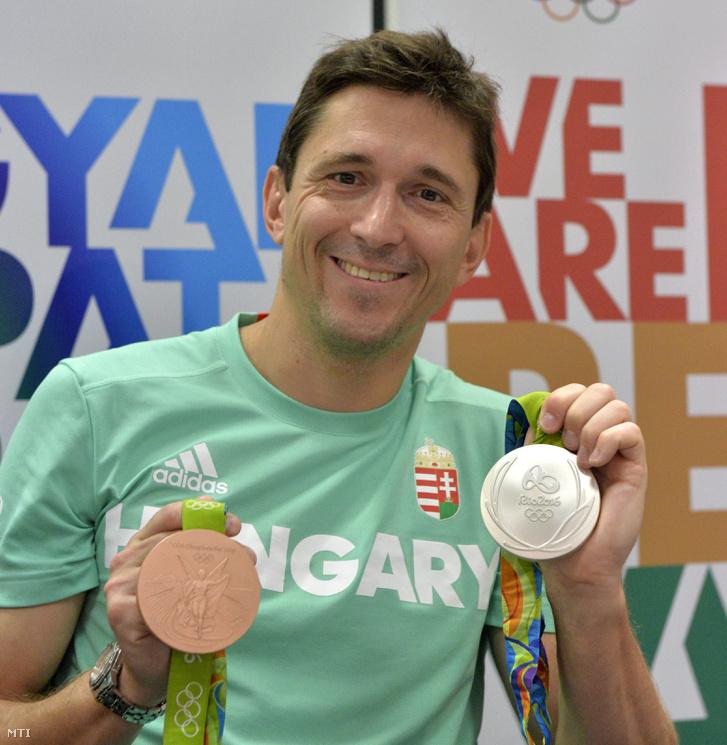 A riói nyári olimpiáról hazatérõ Imre Géza vívó a párbajtõrözõk egyéni versenyében nyert ezüst- valamint a csapatversenyben nyert bronzérmét mutatja a Liszt Ferenc-repülõtéren tartott sajtótájékoztatón