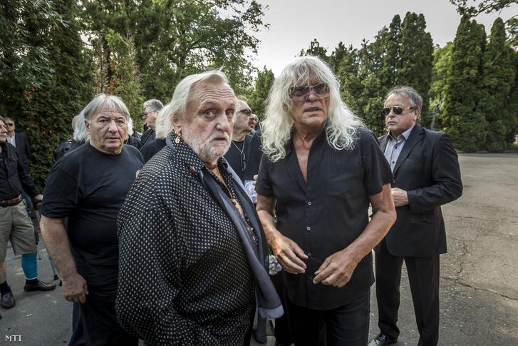 Benkõ László és Kóbor János (középen b-j) az Omega együttes tagjai