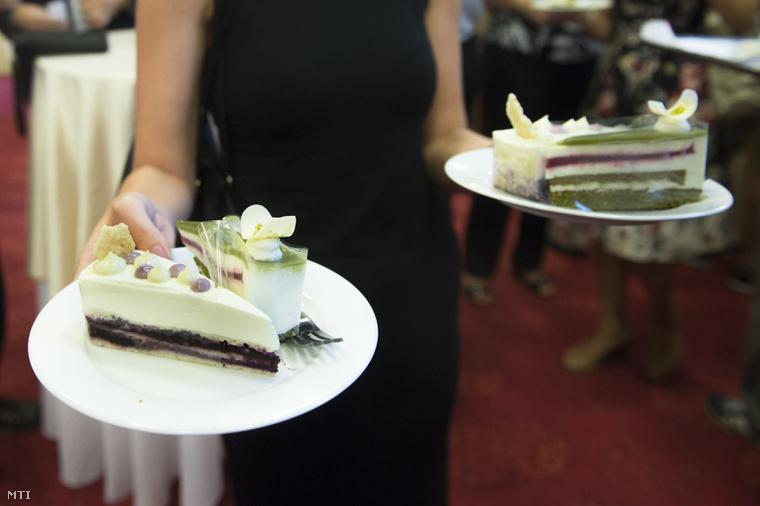 Magyarország cukormentes tortája az Áfonya hercegnő torta (b) és az ország tortája az Őrség Zöld Aranya