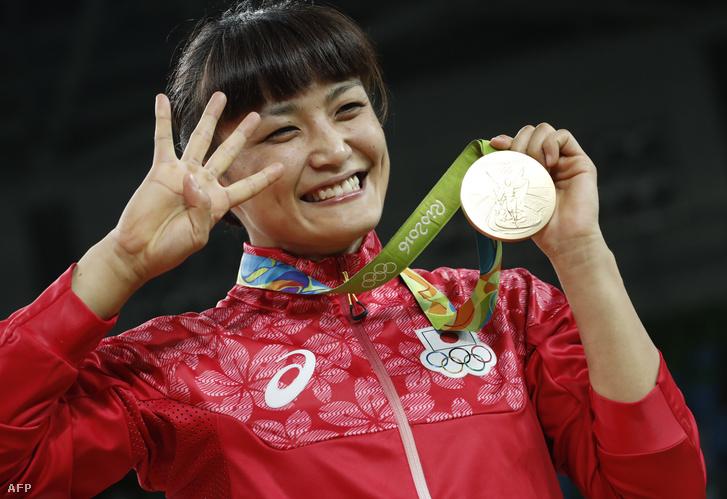 Az 58 kilogrammos női szabadfogású birkózásban háromszoros olimpiai- és tízszeres világbajnok Kaori Icho-t nagyon megszorongatta az orosz Valerija Koblova, de honfitársnőjéhez, eri Tosakához hasonlóan a legeslegutolsó pillanatban fordította meg a meccset. Koblova lábramenetelét kontrázta meg, és fokozatosan ellenfele háta mögé került, amivel besöpörte a győzelemhez szükséges újabb két pontot. A 32 éves Icho állítólag azon gondolkozik, hogy a 2020-as tokiói olimpián búcsúzik - ötszörös olimpiai bajnokkánt. A japán extraklasszist egyébként olimpián még senkinek nem sikerült legyőzni, és még az is valóságos földrengést váltott ki a birkózás világában, amikor idén januárban 13 év után először vesztett tétmeccset egy ismeretlen mongol versenyző ellen.