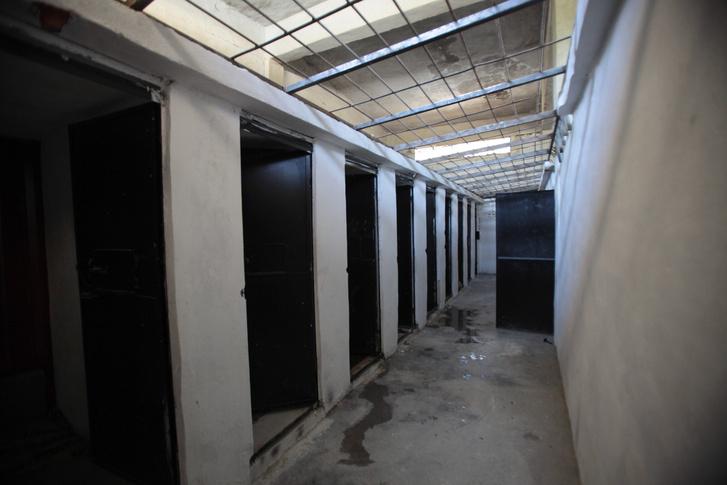 Egy Iszlám Államtól visszafoglalt szíriai börtön folyosója
