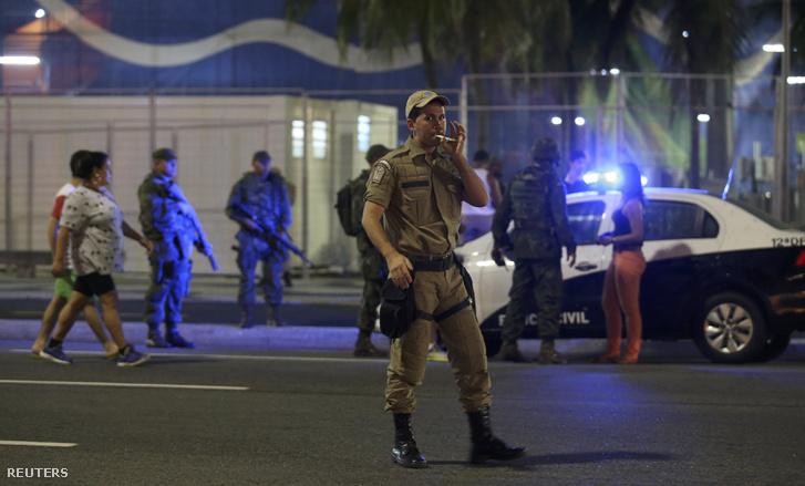 Brazil rendőrök zárnak le egy utcát az egyik olimpiai helyszín közelében