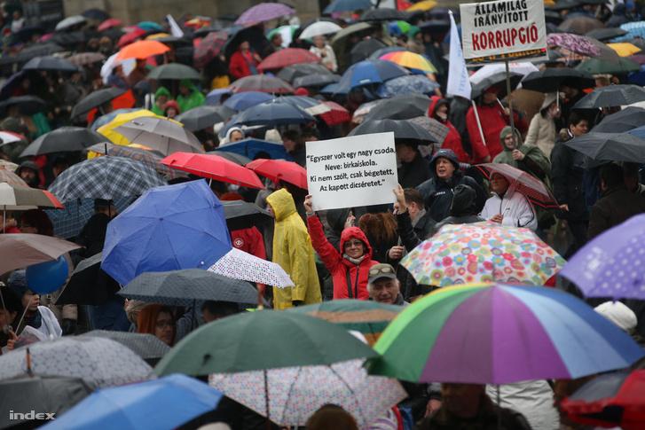 A közoktatás helyzete miatt utcára vonult pedagógusok tüntetnek a Kossuth téren 2016. februárjában