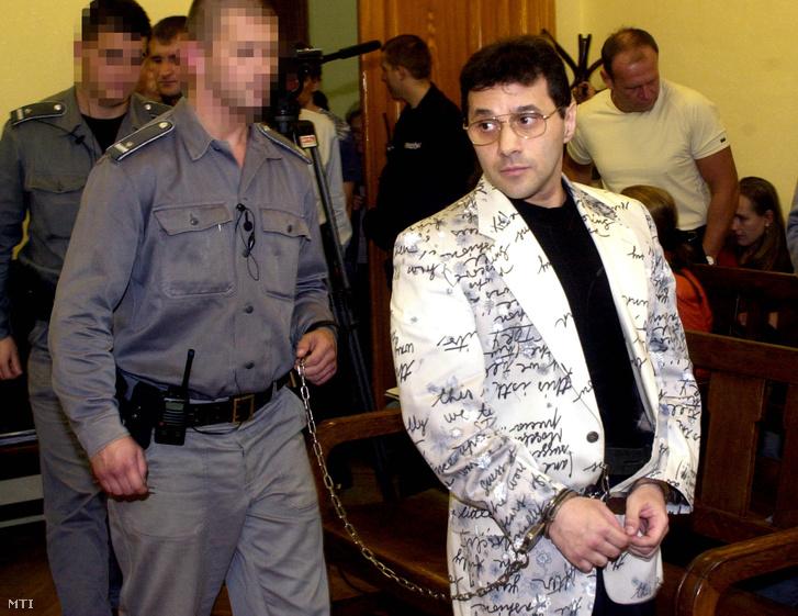 Két év nyolc hónap börtönbüntetésre, valamint három év közügyektől való eltiltásra ítélte, nem jogerős határozatában a Pesti Központi Kerületi Bíróság (PKKB) hétfőn Lakatos Andrást, gúnynevén Kisbandit, akit az eljáró tanács 416 rendbeli csalásban, mint felbujtót, továbbá négyrendbeli bűnszövetségben elkövetett csalásban ugyancsak, mint felbujtót talált bűnösnek. A képen: Lakatos Andrást bevezetik a tárgyalóterembe. Budapest, 2001. október 8.