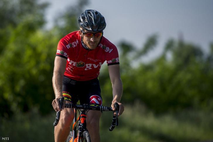 Faldum Gábor triatlonos kerékpározik a bajai Petőfi-szigeten 2016. május 26-án. A sportoló kvótát szerzett a riói nyári olimpiára.